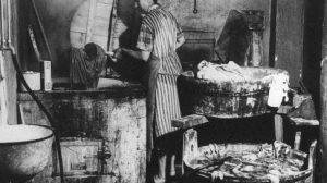 Waschfrauen bei der Arbeit, Wäsche waschen