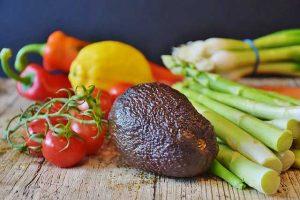 Avocado mit Gemüse