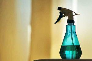 Zerstäuber mit Raumspray gegen schlechte Gerüche