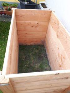 Die Holzkiste steht, mit Wühlmausschutz